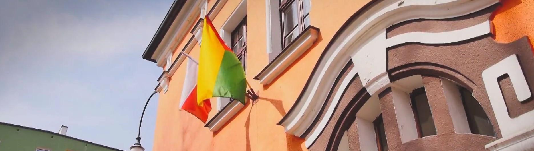 Na zdjęciu widnieje front budynku z flagami Polski oraz Trzcianki.