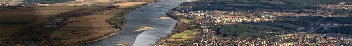 Zdjęcie przedstawia widok z lotu taka leżącego na lewym brzegu Wisły miasta Solec Kujawski. Po prawej stronie rzeki znajdują się pola i łąki.