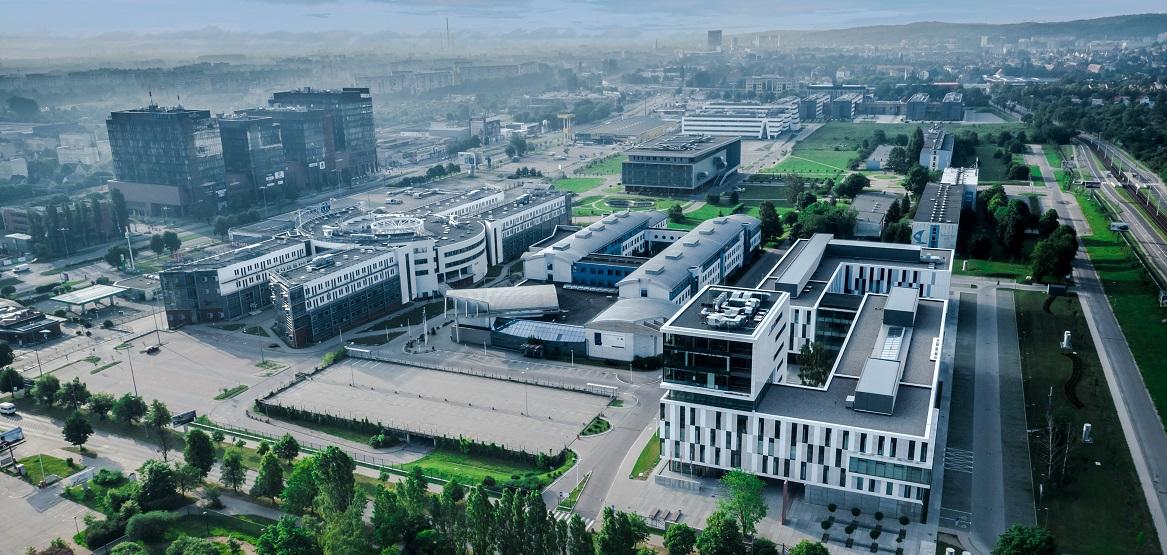 Widok na budynki uniwersytetu z lotu ptaka