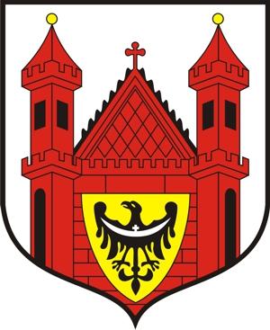 Herb Świebodzina. Herb przedstawia na białym tle czerwony szczyt budowli w stylizacji gotyckiej, wystający ponad flankowanym murem, pomiędzy dwoma czerwonymi, kanciastymi wieżami z otwartymi bramami, a między nimi tarcza ze śląskim czarnym orłem na żółtym tle, na piersi orła biały półksiężyc, a nad nim biały, równoramienny krzyż.