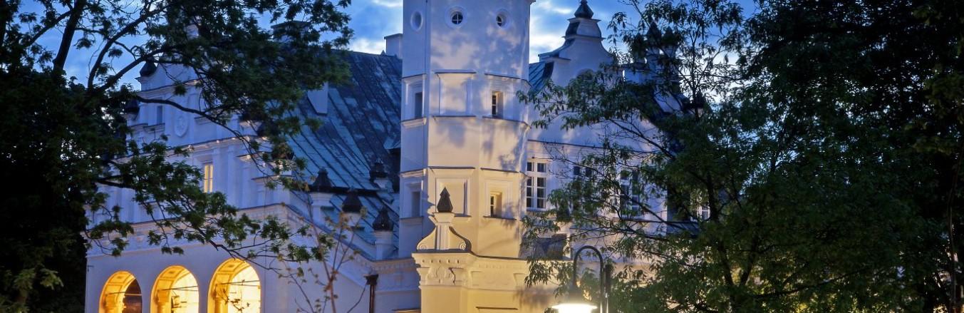 Zdjęcie przedstawia renesansowy pałac w Poddębicach.